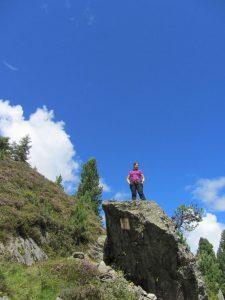 Felsen im Gebirge Zillertal mit Frau