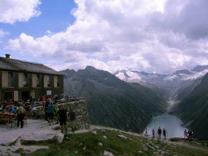 Olperer Hütte über dem Schlegeis-Stausee mit Blick auf Gletscher im Zillertal