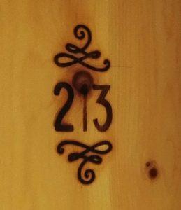 Hotel mama thresl the snörkel signet logo Zimmernummer Holzwand