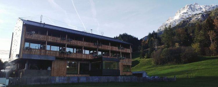 Aussenansicht Hotel mama thresl Leogang Parkplatzseite Straßenseite Balkone Terrasse, Hotel mama thresl Erfahrung