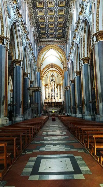 Hauptschiff der Kirche San Domenico Maggiore Sitzbänke Altar