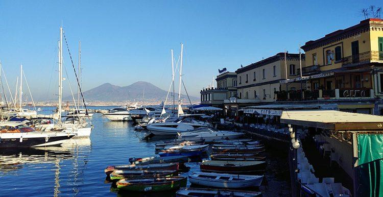Yachthafen mit Vesuv im Hintergrund in Neapel