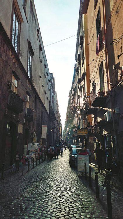Gasse in Neapel eng Sonnenuntergang via tribunali