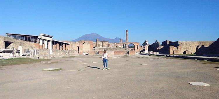 Forum Foro in Pompeji alleine, im Hintergrund der Vesuv