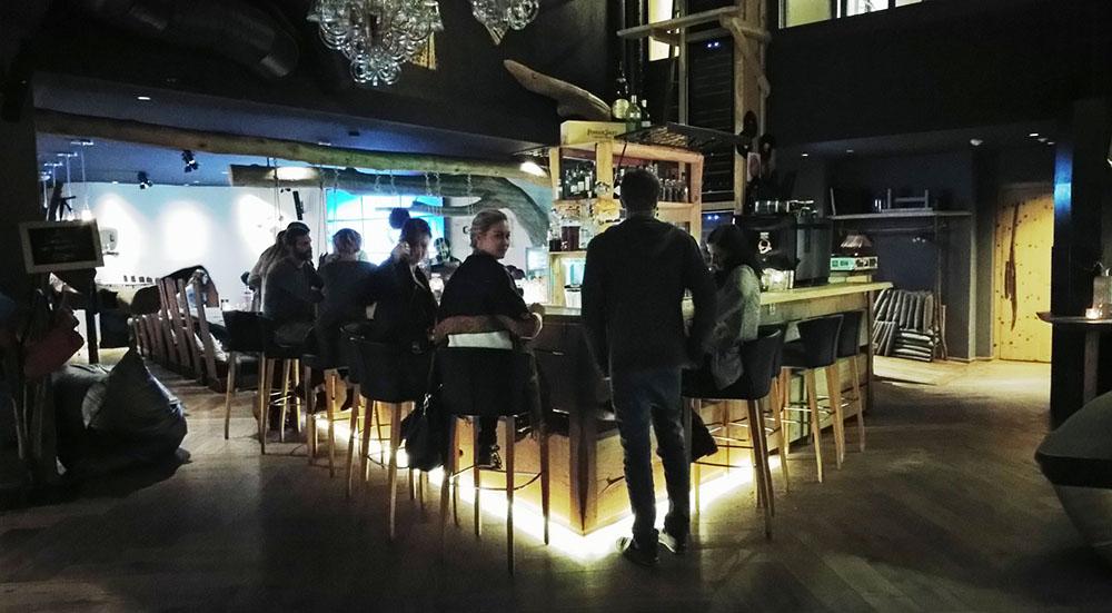 mama htresl Leogang Hotel Eingang Lobby Island Bar Go Pro Screen