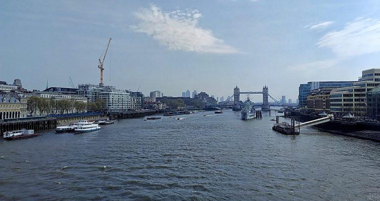 Tag in London, Blick von der London Bridge zur Tower Bridge, im Vordergrund die HMS Belfast