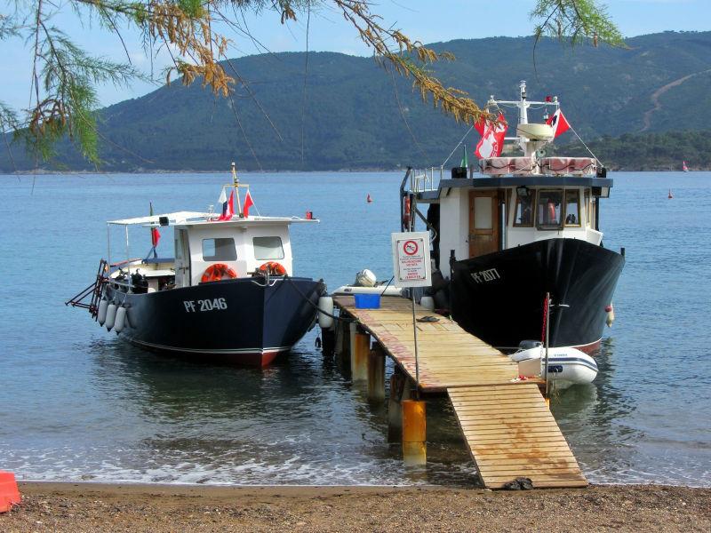 Tauchboote am Steg und Strand auf Elba, Tauchurlaub, Wanderhunger
