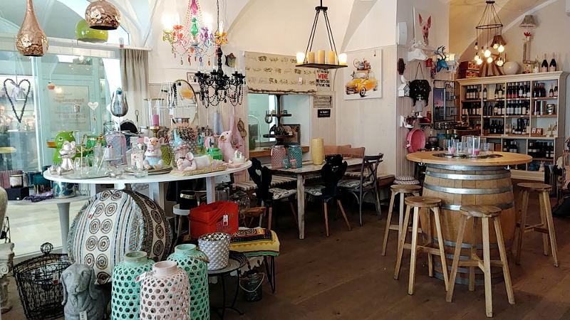 Raumbar in Wels mit Verkaufsraum und Tisch, Tag in Wels
