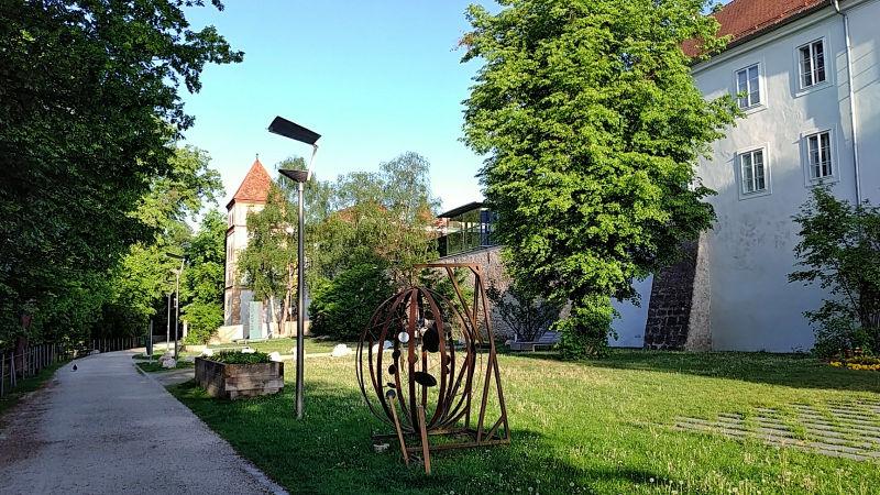 Spaziergang in der Minoritengasse am Mühlbach mit Wasserturm und Minoritenkloster, ein Tag in Wels, Wanderhunger