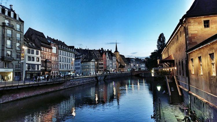 Fachwerkhäuser entlang der Ill in Strassburg im Sonnenuntergang, Wanderhunger