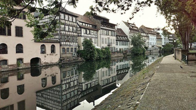 Fachwerkhäuser an einem Ill-Kanal in La Petite France in Straßburg, Wanderhunger, Fotostrecke