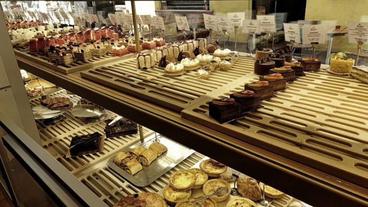 Auslage von Chocolatier Christian in Strassburg, Patisserie, Wanderhunger