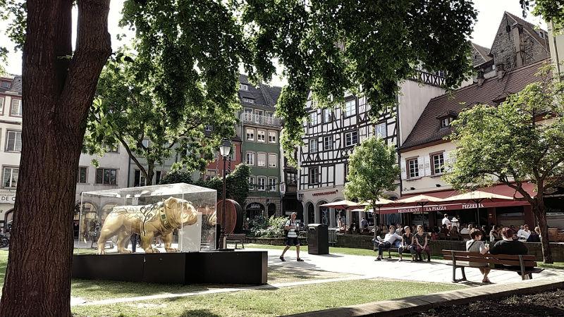 Schöner Platz in Strassburg mit Kunstwerk von L'Industrie Magnifique, Wanderhunger