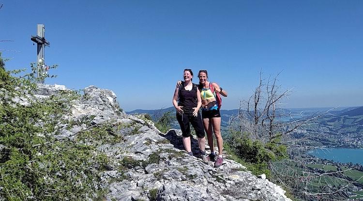 Wanderhunger, Zwei Frauen auf dem Gipfel der Drachenwand vor dem Gipfelkreuz, Nein sagen