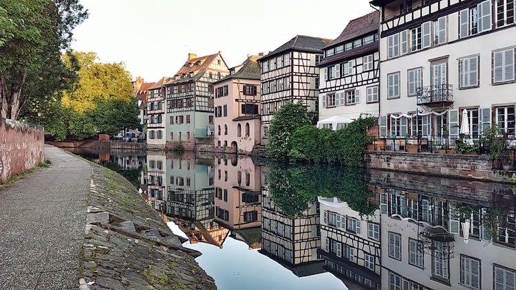 Fachwerkhäuser spiegeln sich in der Ile in Straßburg. Fotoparade 01/2018 auf Wanderhunger