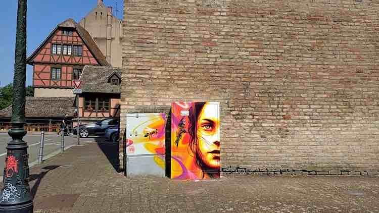 Graffiti auf einer Trafobox in Straßburg vor Backsteinwand. Fotoparade 01/2018 auf Wanderhunger