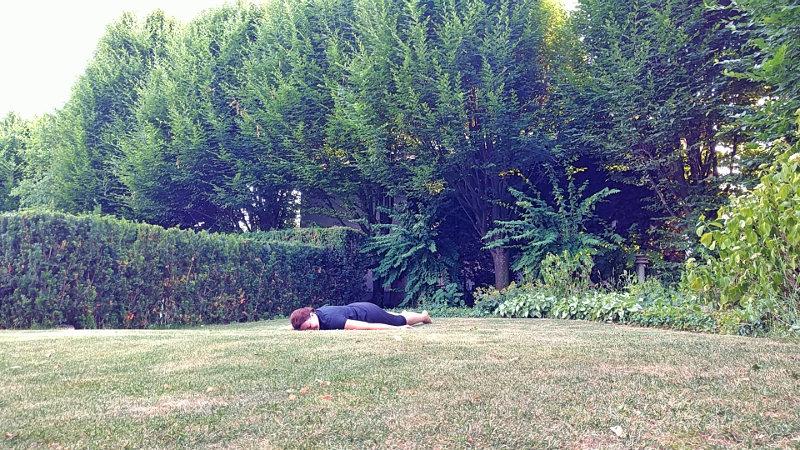 Müde aber glücklich nach Yoga im Garten, Schlafen auf der Wiese, erschöpft, Wanderhunger, 30 Tage Yoga-Challenge