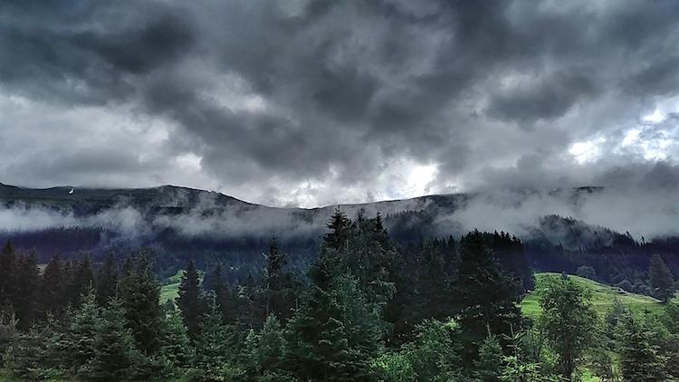 Im Tal der Geier in Rauris, dramatische Wolkenstimmung bei Regen. Fotoparade 01/2018 auf Wanderhunger
