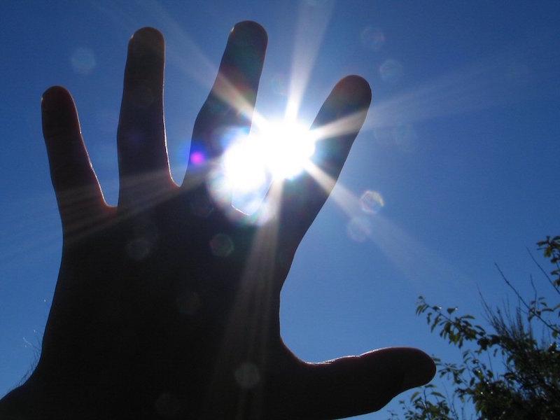 Hand in der Sonne, Sonnenschutz im Urlaub, Wanderhunger