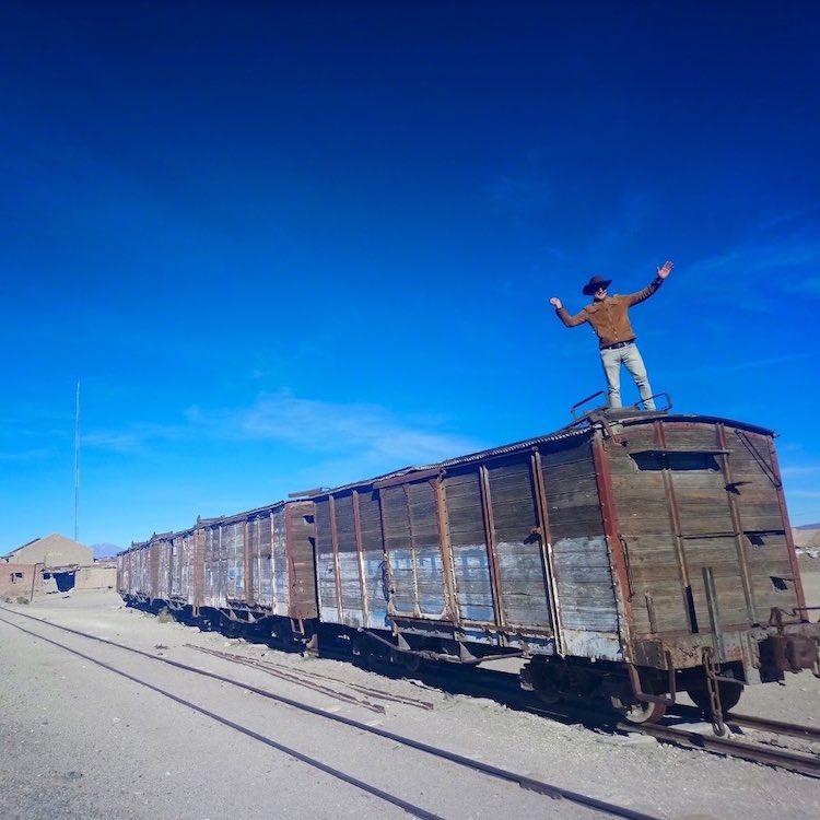 Lukas Zettl bei seiner Tour durch Südamerika auf einem stillgelegten Waggon. Wanderhunger, 7 Fragen