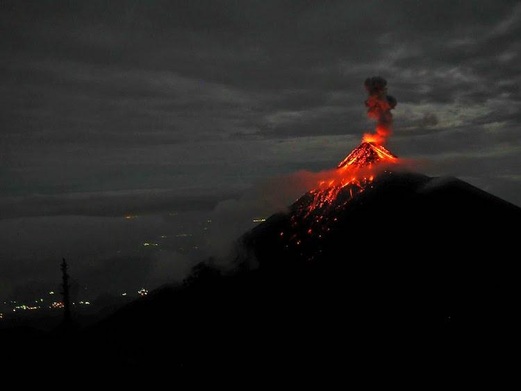 Ein lavaspuckender Vulkan in Südamerika. Lukas Zettl im Wanderhunger Interview, 7 Fragen