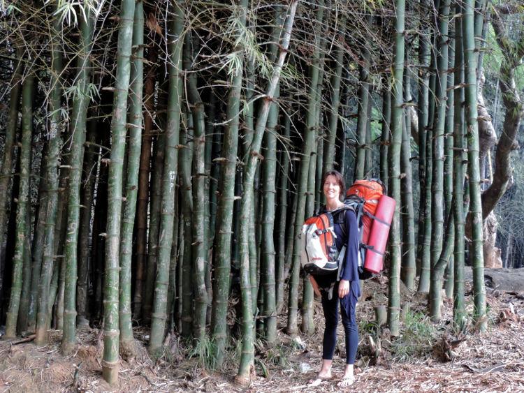 Tanja Nicholls von Pulsatori auf Weltreise vor einem Wald. Wanderhunger. Tanja Nicholls im Interview