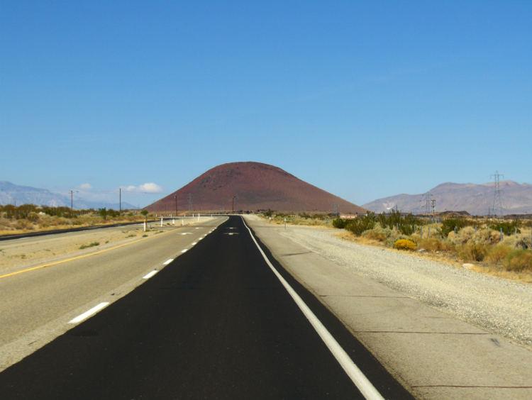 Lange Strasse auf dem Weg ins Death Valley auf einen Berg zu in der Wüste. Wanderhunger. Von Monterey in's Death Valley
