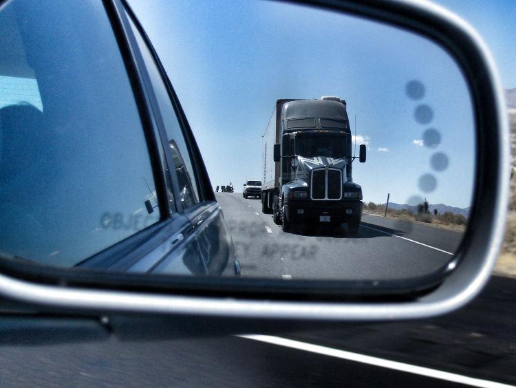 Ein Truck am Highway auf dem Weg ins Death Valley. Wanderhunger. Von Monterey in's Death Valley