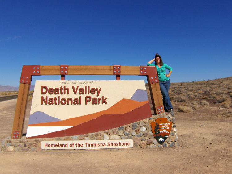 Am Grenzschild am Rande des Death Valley. Wanderhunger. Von Monterey in's Death Valley