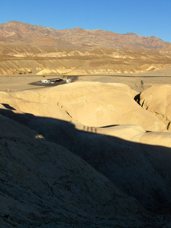 Sandsteinformation im Death Valley in der Sonne. Wanderhunger. Von Monterey in's Death Valley
