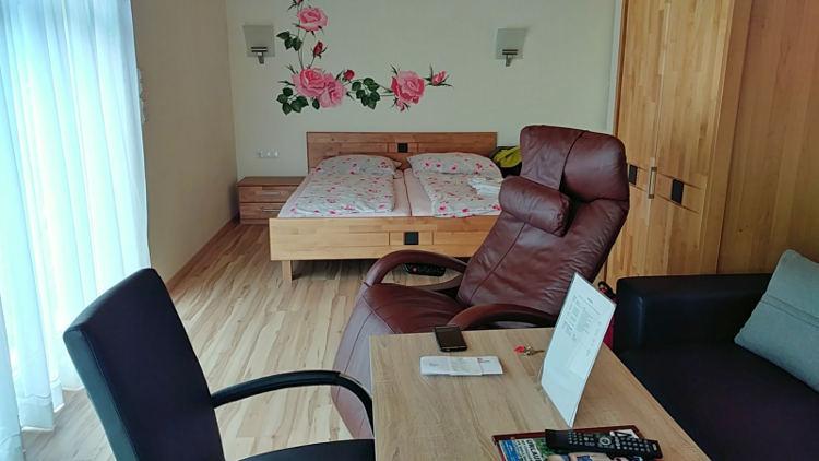 Schlafzimmer im Gästehaus zur schönen Aussicht in Spitz an der Donau. Wanderhunger