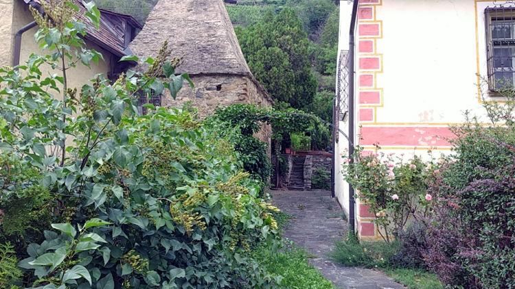 Schöner und gepflegter Hauseingang, Hauseinfahrt in Spitz an der Donau. Wanderhunger