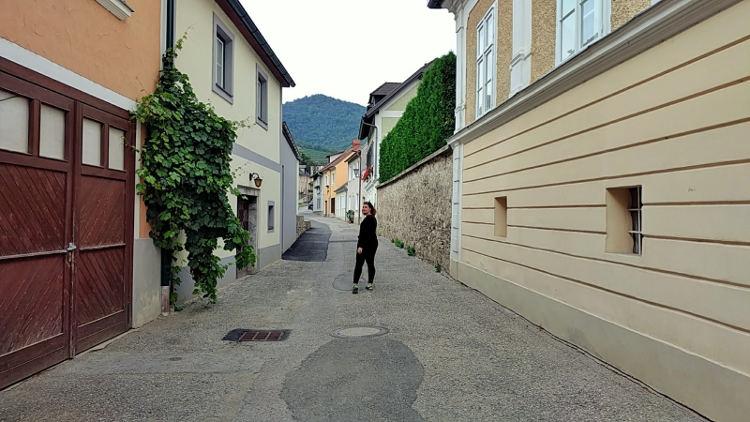 Auf dem Weg ins Dorfzentrum von Spitz an der Donau. Wanderhunger