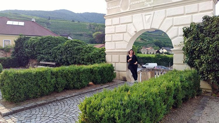 Martina vor der Burg in Spitz an der Donau. Wanderhunger