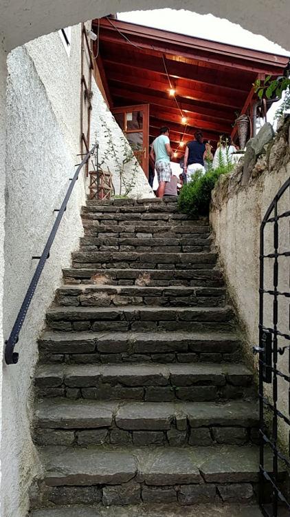 Der Treppenaufgang zur Buschenschank des Weinguts Schöberl, Pichlhof, in Spitz an der Donau. Wanderhunger