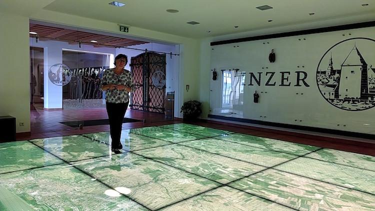 Im Raum Wein.Region eröffnet sich unter den Besucherfüßen ein Luftbild der gesamten Weinregion. Wanderhunger