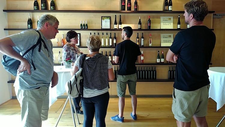 Der Tourguide erklärt uns im Präsentationsraum, welche Weine von den Winzer Krems produziert werden. Wanderhunger