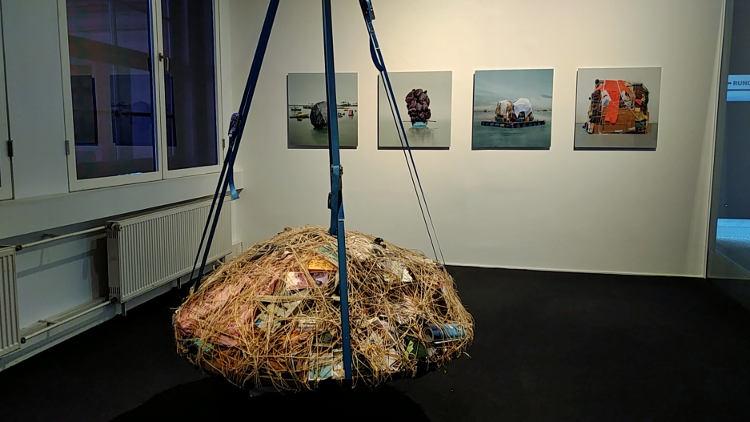 """Installation """"Pendulum"""" von Mary Mattingly, dahinter an der Wand Fotos der gleichen Künstlerin. Höhenrausch Linz 2018. Wanderhunger"""