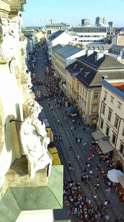 Das Pflasterspektakel auf der Linzer Landstraße gesehen vom Turm der Ursulinenkirche beim Höhenrausch 2018. Wanderhunger