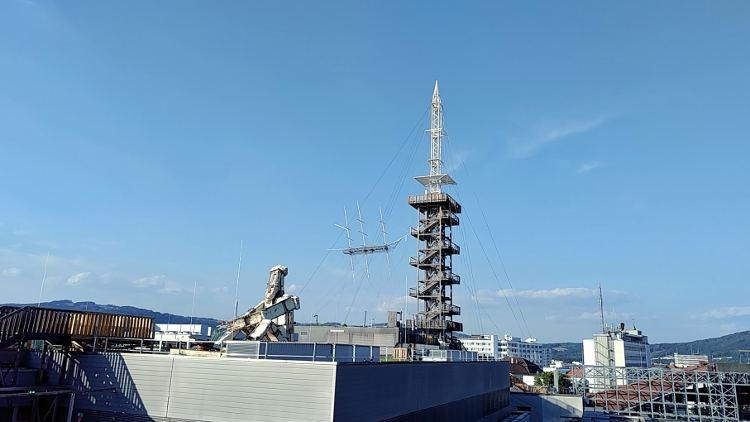 Von der Ursulinenkirche sehen wir die Kunstwerke The Flying Ship und Kcho sowie den Turm des Höhenrauschs 2018 in Linz. Wanderhunger