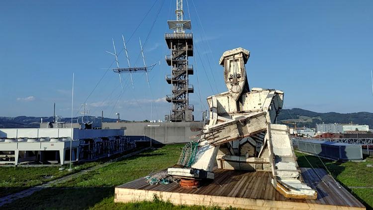 Die riesige Statue El Pensador von Kcho, dahinter der Turm und das Flying Ship am Höhenrausch 2018. Wanderhunger