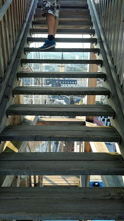 Die Holztreppe auf den Turm am Höhenrausch hat mich aufgrund der offenen Stufen echte Überwindung meiner Höhenangst gekostet. Wanderhunger