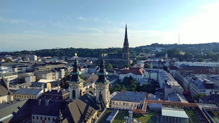 Herrlicher Ausblick über Linz bei strahlendem Sommerwetter zum Linzer Mariendom. Höhenrausch 2018. Wanderhunger