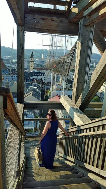 Bloggerin Martina am Holzturm des Höhenrauschs 2018 in Linz. Wanderhunger