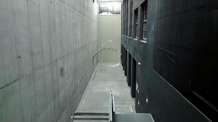Ein Absperrzaun schwebt über den Köpfen statt wie sonst die Menschen voneinander zu trennen: Installation New Wave von Didier Fiúza Faustino. Wanderhunger