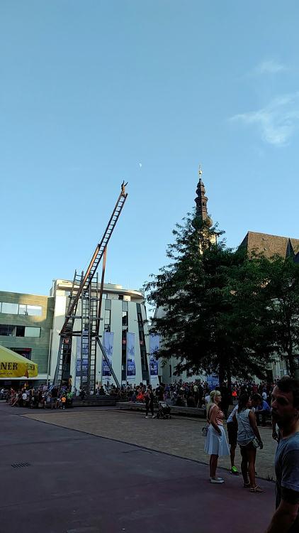 Kunstinstallation am OK-Platz vor dem Eingang des Höhenrauschs 2018 in Linz. Wanderhunger