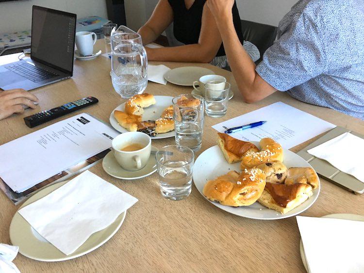 Kundenmeeting im Büro mit Leckereien am Tisch - ich muss verzichten. No-Sugar-Challenge, Wanderhunger