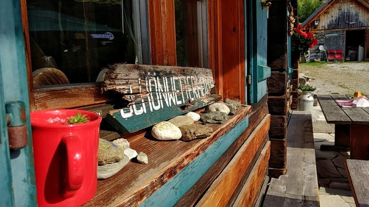 Fensterdekoration der Schönwetterhütte in Großsölk in der OBersteiermark am Fuße des Gumpenecks. Yoga auf der Alm. Wanderhunger