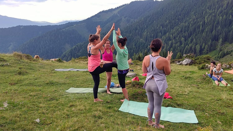 Yogaeinheit mit Malia von Soulshineyoga und Akrobatik-Asana. Wanderhunger