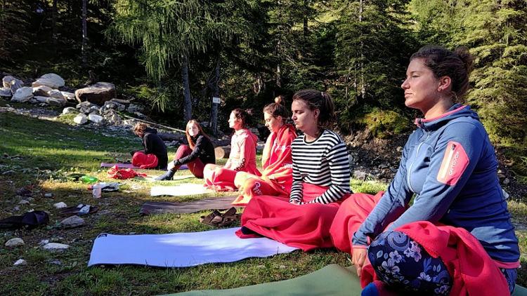 Yogasession am frühen Morgen mit Soulshineyoga auf der Schönwetterhütte, Yoga auf der Alm. Wanderhunger